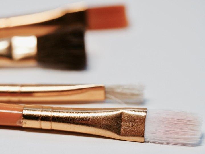 ¡Cuidado, tus brochas podrían tener más bacterias que un cepillo para limpiarescusados!